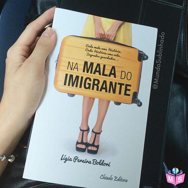 Hoje chegou esse lindo livro para o Mundo Sublinhado, vindo direto de Portugal, enviado pela querida @ligiapereiraboldori autora parceira do MS. Lígia, muito obrigada pelo carinho e pelo livro! 💛 O livro é lindo, baseado em fatos reais, conta histórias sobre a realidade dos imigrantes. Em breve farei um post falando sobre a autora e o livro, mas eu já queria mostrar para vocês um poema lindo que abre a leitura e que me cativou, Minha mala Levo a mala ou leva-me ela? Nela levo amores, desamores, às vezes dores. Se fico posso amá-la, se vou, a mala será o meu amor! Saudades e lembranças Esperanças e recomeços Na mala carrego o que sou, na mala escondo o que não quero ser! Uma parceira para a vida, A vida que nela carrego... Saudades e lembranças Esperanças e recomeços - Ligia Pereira Boldori